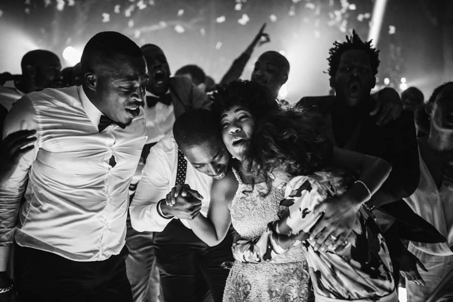 quinta da Torre Bella durante baile noiva e amigos abraçados emocionados