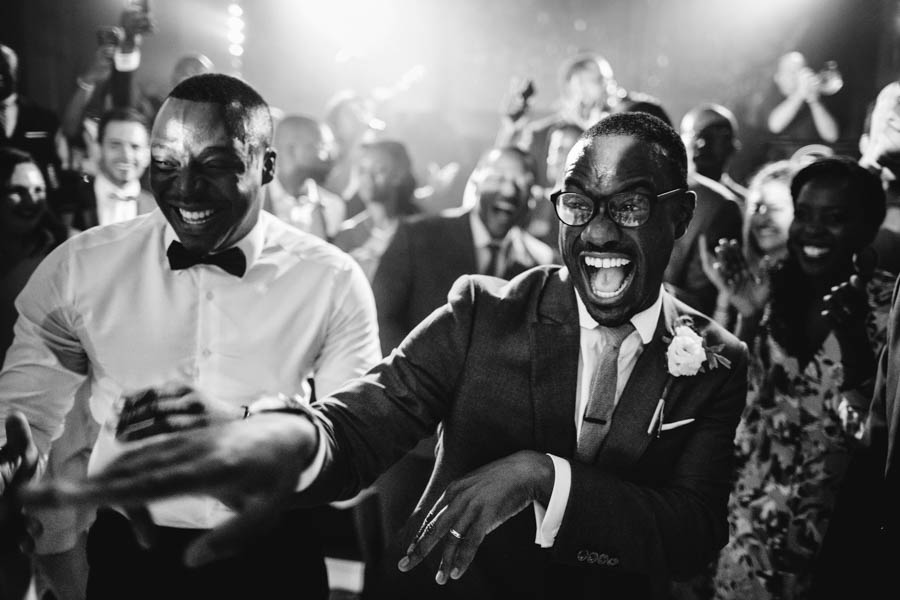 quinta da Torre Bella noivo dança com amigos durante o baile de casamento