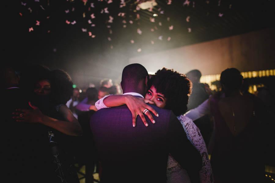 quinta da Torre Bella noivos dançam abraçados olhar da noiva