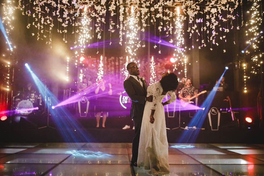 quinta da Torre Bella abertura do baile com primeira dança dos noivos com fogo de artifício e luzes