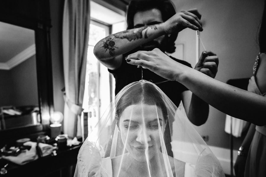 fotografia de casamento costurar veu na noiva