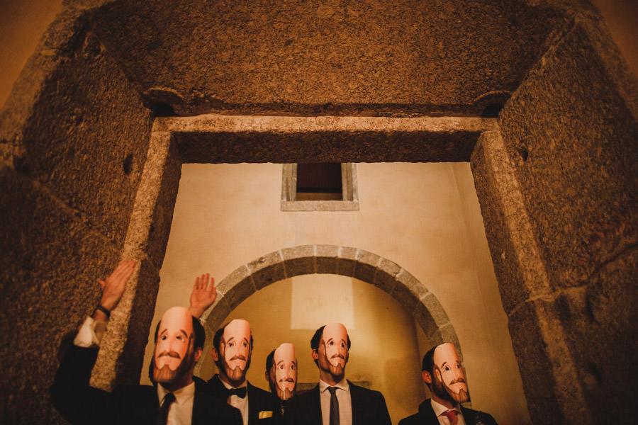 fotografia de casamento Amares amigos com mascaras com cara do noivo