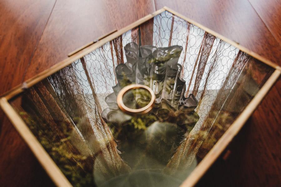 fotografia de casamento aliancas e reflexo vestido