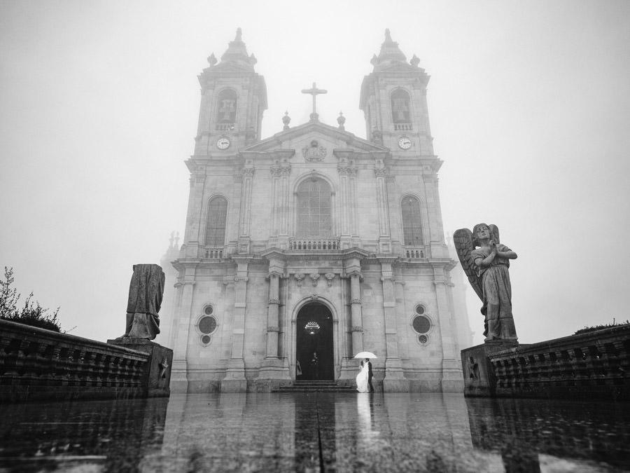 fotografia de casamento Sameiro noiva a entrar no nevoeiro