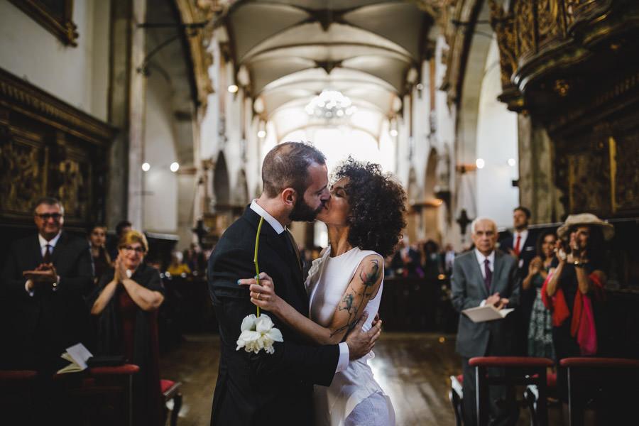 fotografia de casamento Mosteiro Santa Maria do Bouro beijo noivos