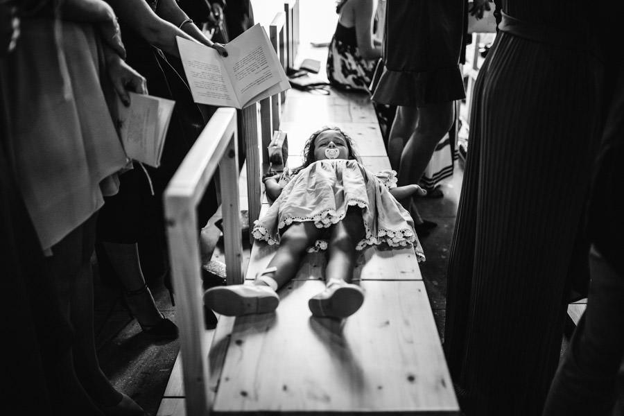 fotografia de casamento menina a dormir na igreja