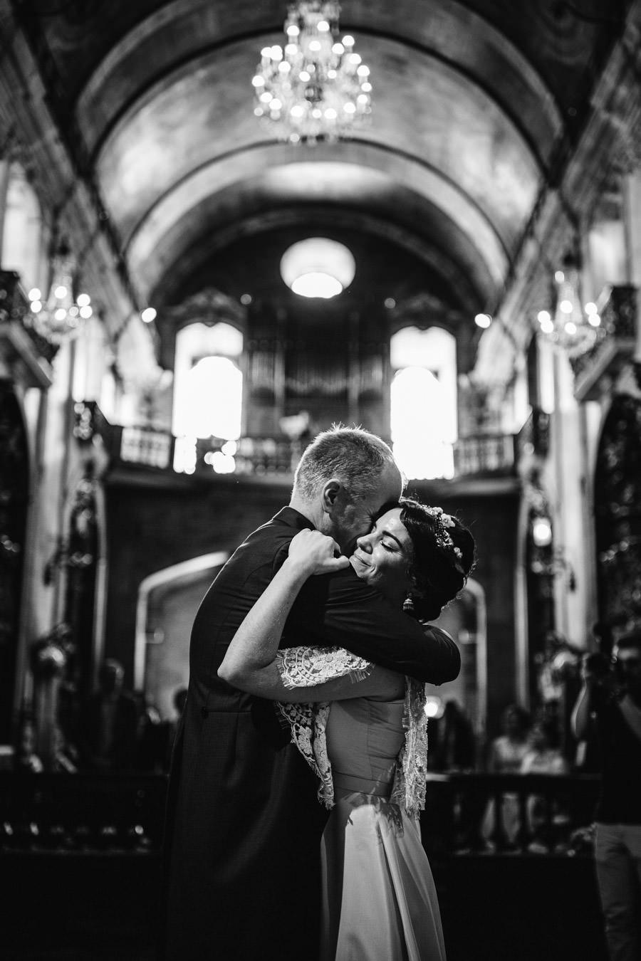 fotografia de casamento Igreja do Carmo abraco noivos
