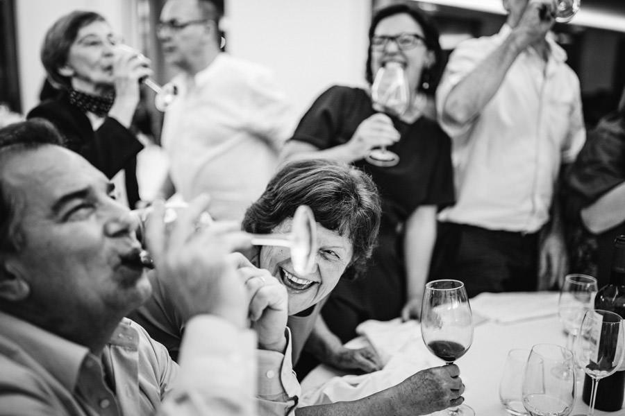 fotografia de casamento brindes entre convidados e riso