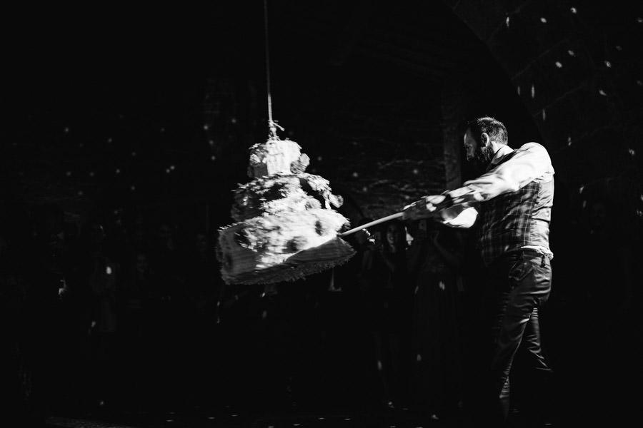 fotografia de casamento pinhata em vez de bolo