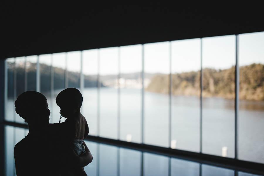 Fim de semana no SPA Douro fotografia documental familia mae e bebe contraluz vista vale