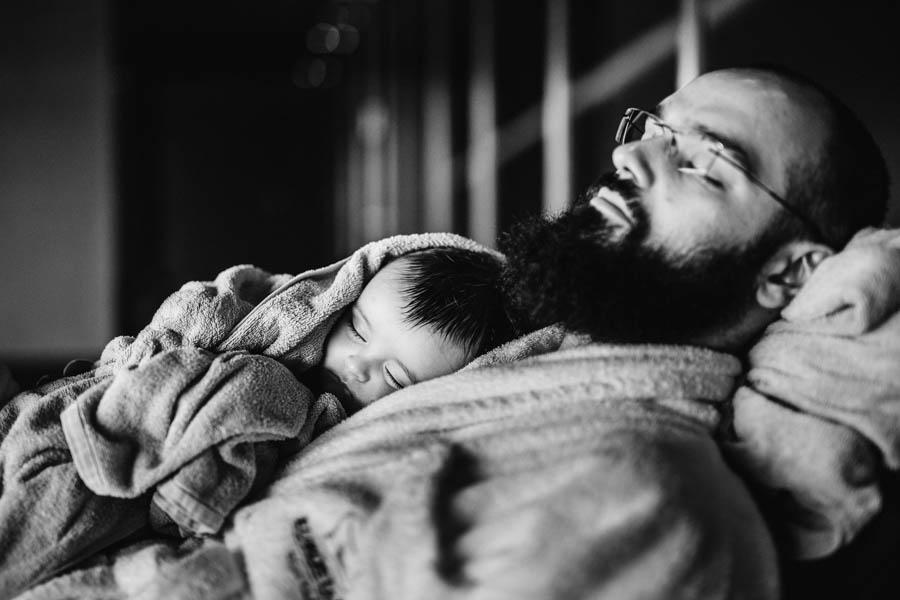 Fim de semana no SPA Douro fotografia documental familia pai e filho dormir preto e branco
