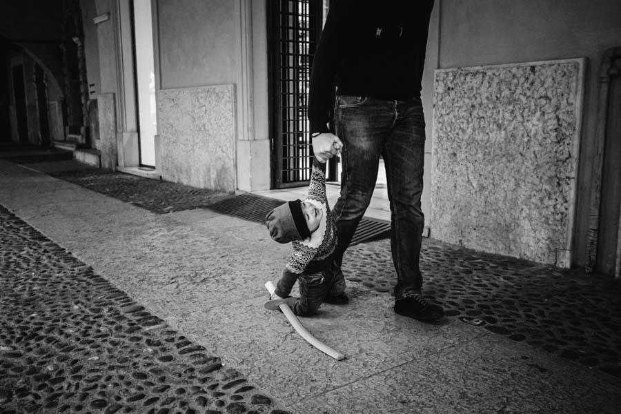 Road Trip em familia verona italia menino arrastado chao espada
