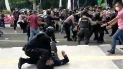 Polisi Banting Pendemo