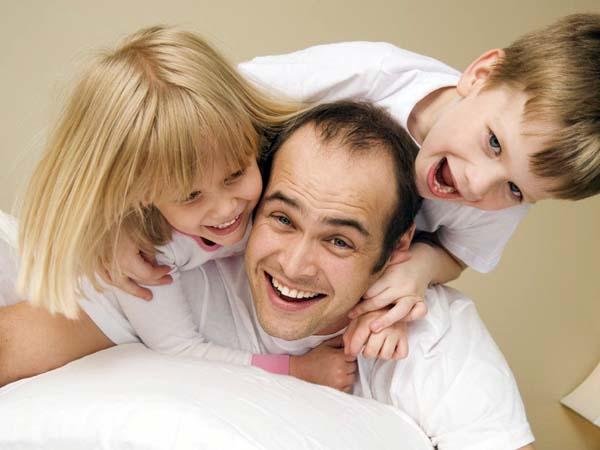 Los hombres que son padres pesan 1,8 kg más que los que no tienen hijos