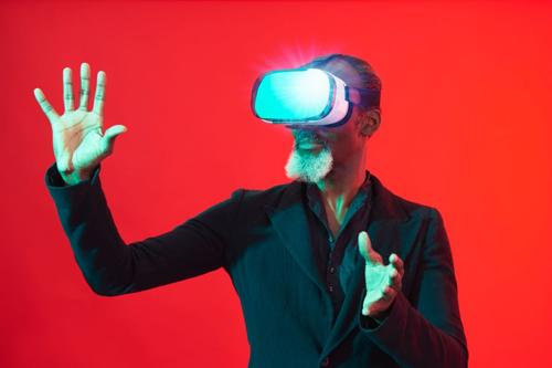 Homme-plus-âgé-avec-casque-VR