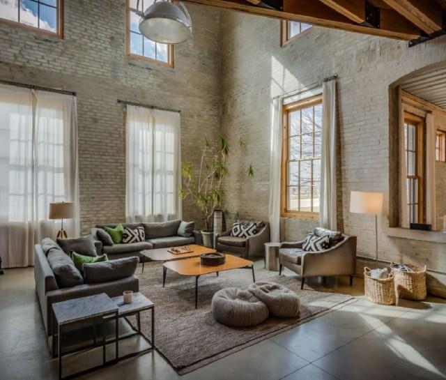 Een groot, licht appartement met hoge bakstenen muren in de Journeyman-distilleerderij.