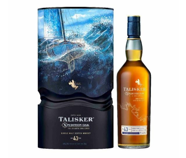 Een doos voor Talisker 43-Year-Old Xpedition Oak: The Atlantic Challenge met foto's van de oceaan en een zeilboot, naast een fles whisky.