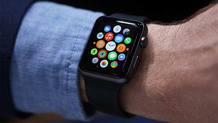 Smartwatch Versus Luxury Timepiece – Which One is Better?