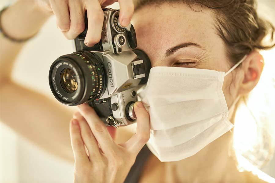 photographer with a coronavirus mask