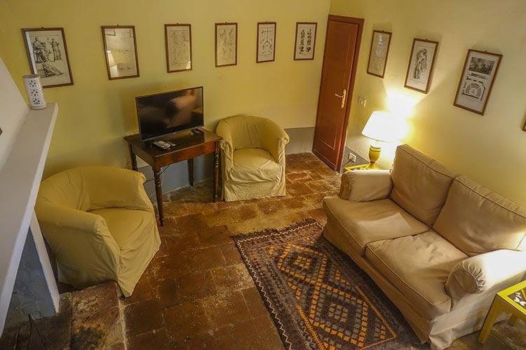 TV Room Fattoria Mansi Bernardini - Villa Casa Maria Reviewed Rooms 2020 (17)