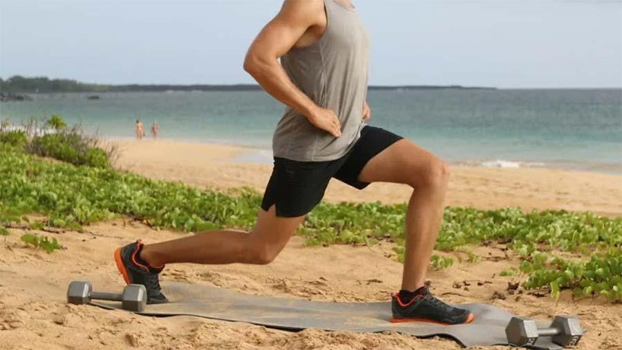 Las estocadas están incluidas en la rutina de ejercicios de Sean O'pry