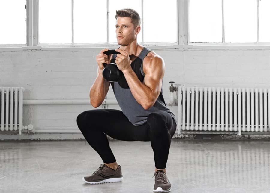 Sean O'pry utiliza las sentadillas para fortalecer la parte inferior del cuerpo.