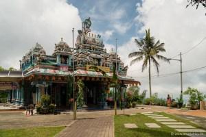 Oben angekommen gibt es auf Penang Hill außer einer beeindruckenden Aussicht auch eine Moschee (leider gerade geschlossen) ein Eulenmuseum und einen Hindu-Tempel zu bestaunen.