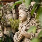 Wo man hinschaut und sich umguckt, wo man geht und steht: überall gibt es Figuren, Tempel und religiöse Bilder zu entdecken. Bali ist eine Ausnahme in Indonesien: der Rest des Landes ist muslimisch, hier ist die Hauptreligion der Hinduismus.