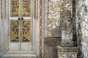 Türen, Tore und Eingänge sind überhaupt sehr wichtig hier auf der Insel. Sie halten Dämonen aus dem Haus und gewähren den Göttern Eintritt - aber auch dazu müssen wir noch mehr herausfinden.