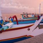 Nicht das die Boote alleine nicht schon fotogen genug wären. Aber wenn die Sonne so pompös unter geht, dann zeigen sie sich nochmal in einem ganz neuen Licht.