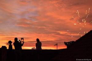 Der Himmel brennt. Das Feuerwerk knallt. Schon eine Woche vor Silvester haben die Balinesen damit angefangen. Und auch bis eine Woche danach weiter gemacht.