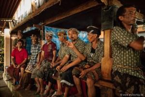 Auch schick, aber anders. Warum sehen die Balinesischen Kerle in Sarongs nicht lächerlich aus? Westler aber schon. Ein ewiges Rätsel.