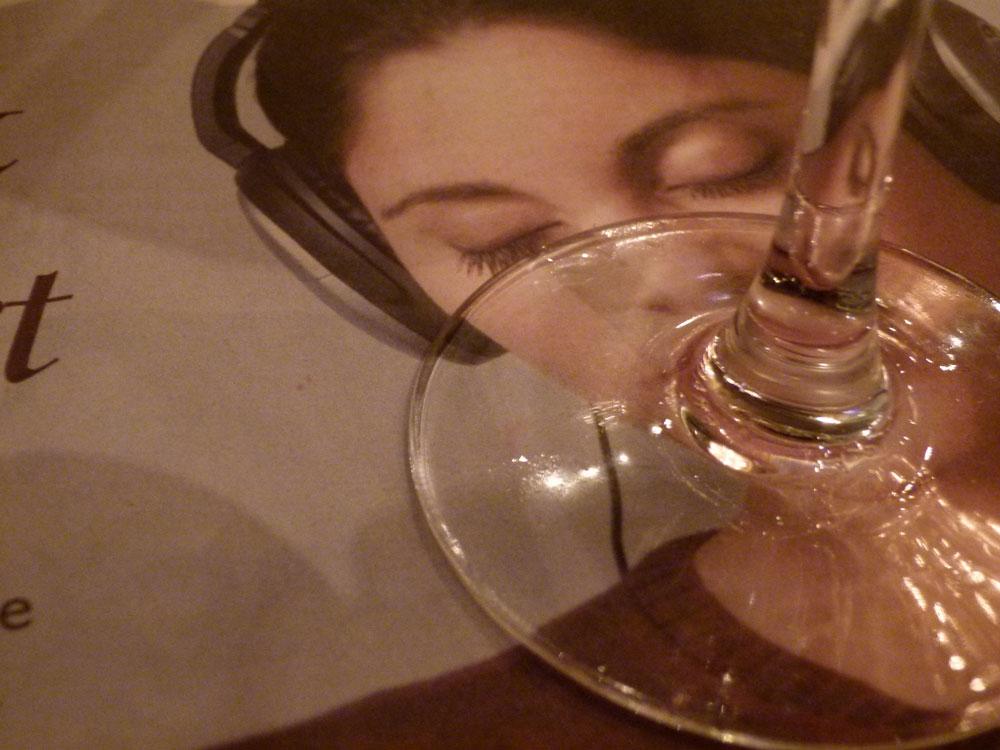 Frau-mit-Glas©Dr.M.E.Waelsch