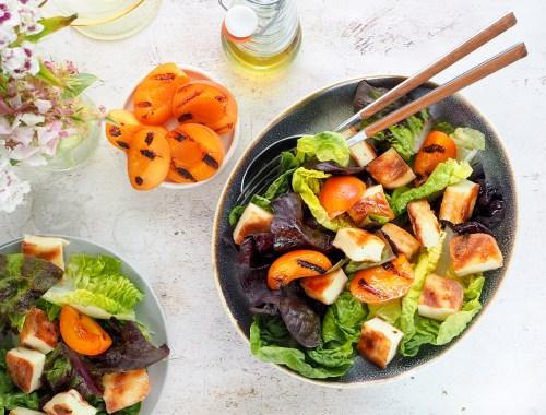 Idei de gratar vegetarian: salata cu mix de branzeturi la gratar si caise