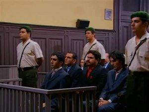 Kurtlar Vadisi dizisinde Polat Alemdar ve ekibinin yargılanma sahnesi. Mahkemede tüm suçları devlet adına işlediklerini söylemişlerdi.