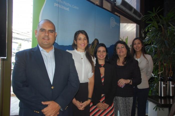 Expositores Antonio Villarroel, Alexandra Pinillos, Juliana de Oliveira e Lorena Uribe ao lado de Milagros Ochoa