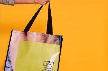 Falabella convierte banners publicitarios en bolsas reutilizables