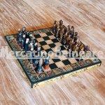 Scacchiera in legno con scacchi terracotta