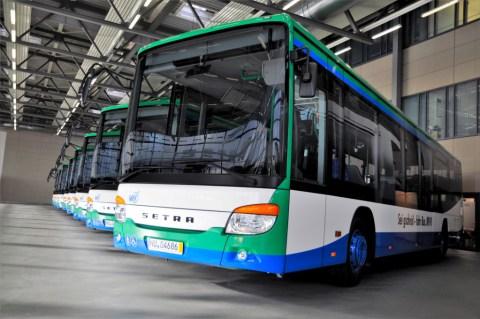 Neue Setra Flotten für Rheinland-Pfalz und Bayern Foto: Einige der neuen Setra S 415 LE business der Martin Geldhauser Linien- und Reiseverkehrs GmbH & Co. KG
