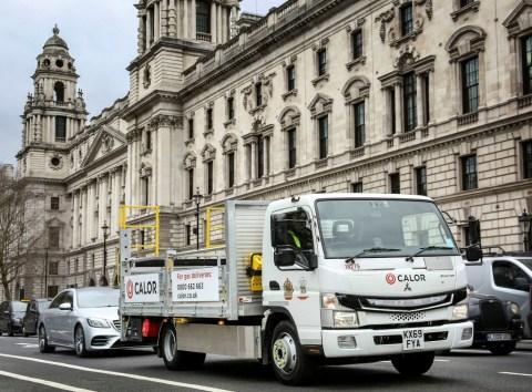 FUSO eCanter liefert Gasflaschen in der Londoner Ultra-Niedrig-Emissions-Zone (ULEZ)