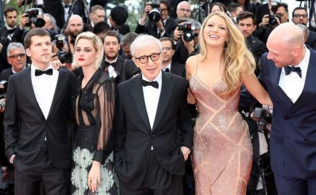 """Woody Allen poses with Jesse Eisenberg, Kristen Stewart, Blake Lively and Corey Stoll as they arrive on May 11, 2016 for the screening of the film """"Cafe Society"""" during the opening ceremony of the 69th Cannes Film Festival in Cannes, southern France. / AFP PHOTO / Valery HACHEVALERY HACHE/AFP/Getty Images"""