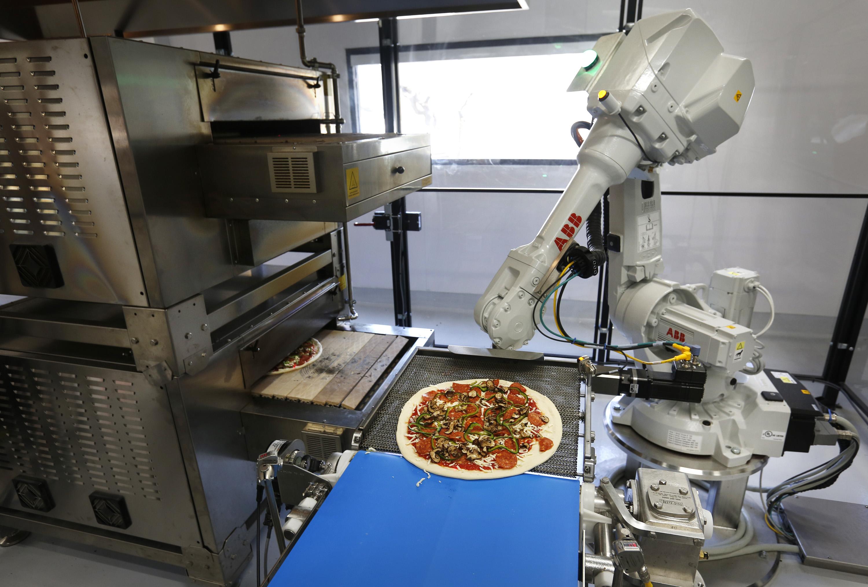Robot de ABB elaborando una pizza en Zume Pizza (Fuente: https://i2.wp.com/www.mercurynews.com/wp-content/uploads/2016/09/zume.jpg)