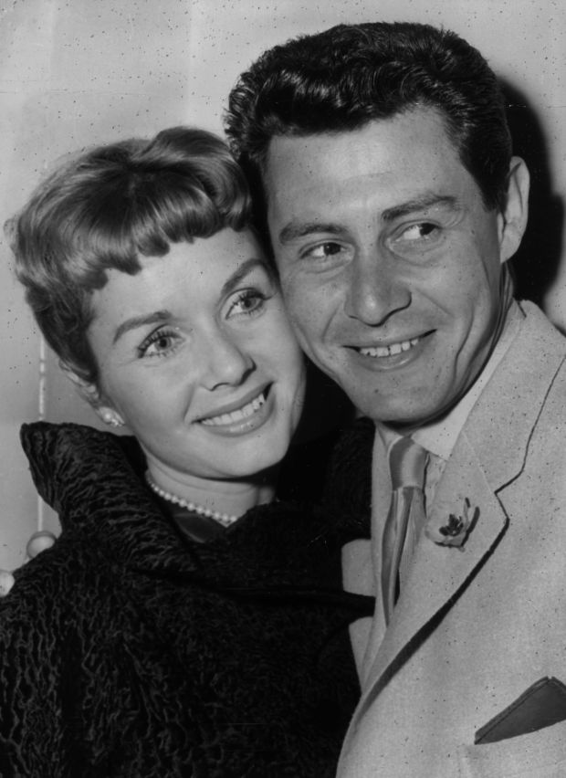 4th June 1957: American singing star Eddie Fisher and his wife, film star Debbie Reynolds at a press reception. Eddie Fisher is to appear at the London Palladium in mid-June. (Photo by John Franks/Keystone/Getty Images)