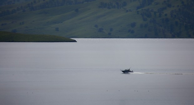 A fishing boat plies the water at San Luis Reservoir near Los Banos, Calif., Tuesday, Mar. 7, 2017. Six months ago, San Luis Reservoir, the vast lake along Highway 152 between Gilroy and Los Banos, and a key source of drinking water for Silicon Valley, was just 10 percent full, the lowest level in 27 years. But now, in a stunning turnaround, San Luis Reservoir is full. (Patrick Tehan/Bay Area News Group)