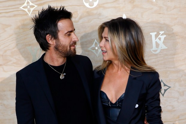Justin Theroux, left and his wife US actress Jennifer Aniston pose during a photocall ahead of a diner for the launch of a Louis Vuitton leather goods collection in collaboration with US artist Jeff Koons, at the Louvre in Paris, Tuesday, April 11, 2017. (AP Photo/Francois Mori)