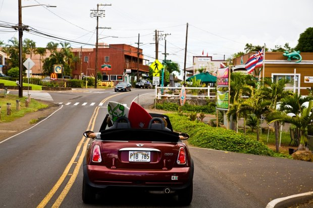 Whether you're toting a surfboard or surf-averse, Haleiwa has plenty ofenticements to woo you into town. (Hawaii Tourism Authority)