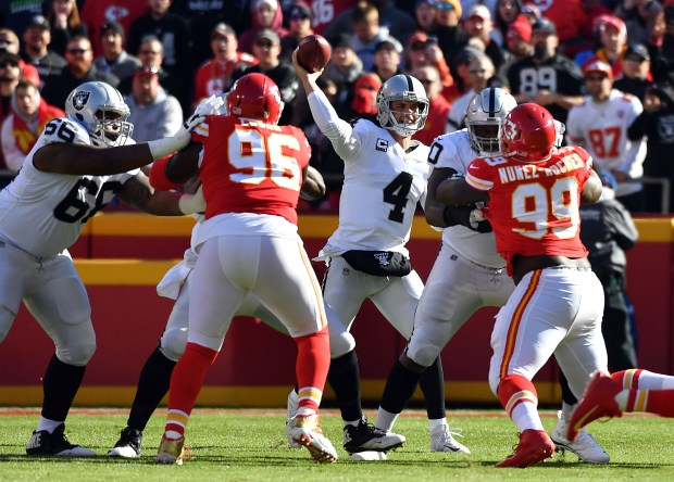 KANSAS CITY, MO - DECEMBER 10: Quarterback Derek Carr #4 of the Oakland Raiders passes during the game against the Kansas City Chiefs at Arrowhead Stadium on December 10, 2017 in Kansas City, Missouri. (Photo by Peter Aiken/Getty Images)