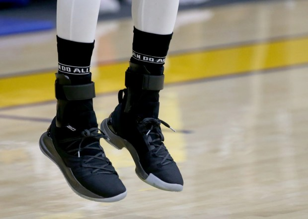 Golden State Warriors' Stephen Curry (30) shoots a three-point shot during practice in Oakland, Calif., on Thursday, March 22, 2018. (Anda Chu/Bay Area News Group)