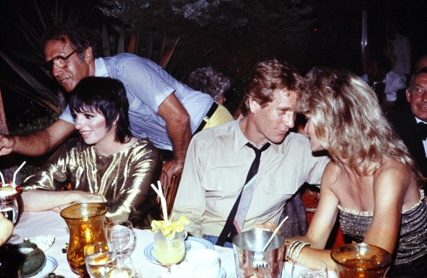 A photo taken on July 22, 1982 in monaco shows US actresses Liza Minelli (L), Farrah Fawcett and her husband Ryan O'Neal. AFP PHOTO RALPH GATTI (Photo credit should read RALPH GATTI/AFP/Getty Images)