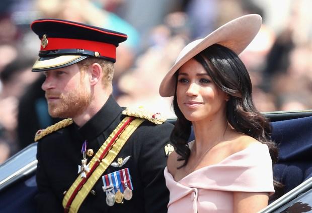 LONDRES, ANGLETERRE - 9 JUIN: Meghan, duchesse du Sussex et le prince Harry, duc de Sussex 2018 à Londres, Angleterre. La cérémonie annuelle impliquant plus de 1400 gardes et cavalerie, aurait été exécutée sous le règne du roi Charles II. Le défilé marque l'anniversaire officiel du Souverain, même si l'anniversaire de la reine est le 21 avril. . (Photo par Chris Jackson / Getty Images)